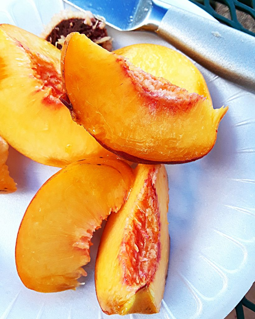 Sliced peaches to be eaten fresh.